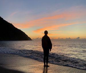 Превью обои силуэт, одиночество, море, пляж, закат, темный