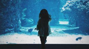Превью обои ребенок, аквариум, спина, темный, касание