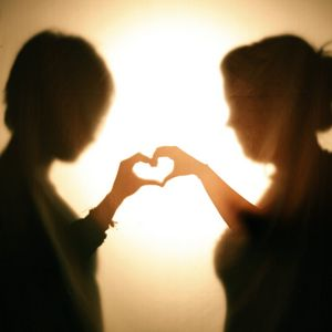Превью обои силуэты, руки, сердечко, любовь, темный