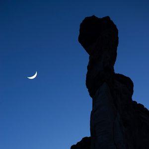 Превью обои скала, луна, небо, ночь, темный