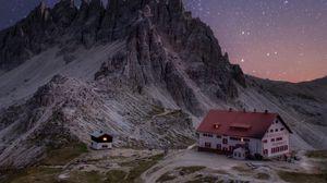 Превью обои скалы, горы, звездное небо, дом, ночь