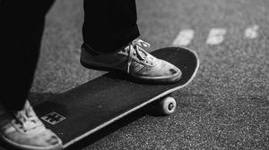 Превью обои скейт, кеды, ноги, чб