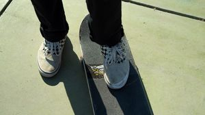 Превью обои скейт, ноги, кеды, штаны, стиль