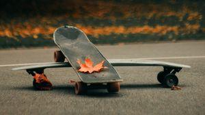 Превью обои скейт, скейтборд, асфальт, листья, осень