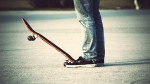 Превью обои скейт, доска, асфальт, кеды, ноги
