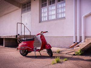 Превью обои скутер, красный, стоянка, асфальт