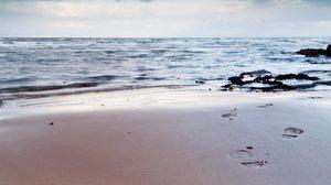 Превью обои следы, человек, жизнь, берег, пляж, песок, небо, пасмурно