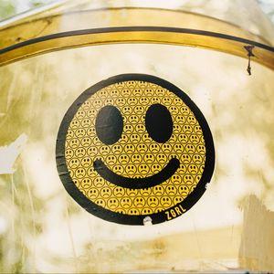 Превью обои смайл, смайлик, улыбка, эмоции, желтый, наклейка, стикер