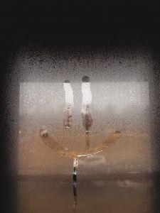 Превью обои смайл, смайлик, стекло, мокрый, окно, капли
