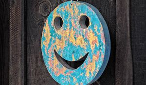 Превью обои смайлик, улыбка, декорация, деревянный