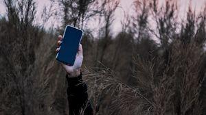 Превью обои смартфон, рука, трава, телефон