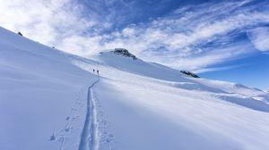 Превью обои снег, след, лыжники, силуэты, склон, гора