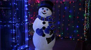 Превью обои снеговик, рождество, новый год, гирлянды, подсветка