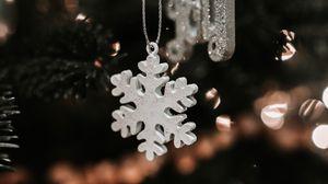 Превью обои снежинка, рождество, новый год, украшение, размытость, елочная игрушка