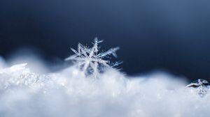 Превью обои снежинка, снег, поверхность