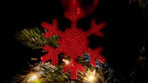 Превью обои снежинка, украшение, гирлянда, елка, новый год, рождество