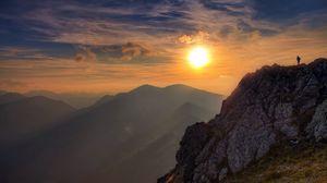 Превью обои солнце, свет, скала, утес, человек, облака, небо, высота, альпинист, покорение