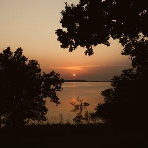 Превью обои солнце, закат, море, деревья, силуэты, темный