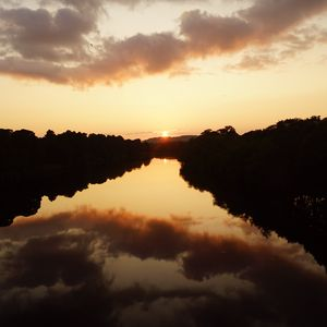 Превью обои солнце, закат, озеро, отражение, деревья, темный