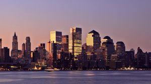 Превью обои сша, нью-йорк, манхэттен, округ, здания, небоскребы, подсветка, огни, река, вечер, закат