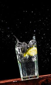 Превью обои стакан, лимон, брызги, капли, жидкость, вода
