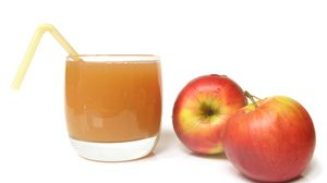 Превью обои стакан, сок, яблоки, соломинка, белый фон