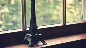 Превью обои статуэтка, эйфелева башня, окно, сетка