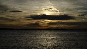 Превью обои статуя свободы, силуэт, вода, закат, темный