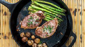 Превью обои стейк, грибы, спаржа, мясо, сковорода
