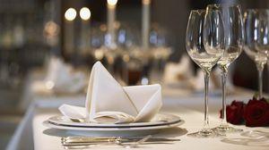 Превью обои стол, ресторан, бокалы, тарелки, цветы, розы