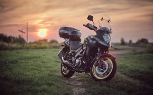 Превью обои suzuki, мотоцикл, байк, черный, поле, закат, мото