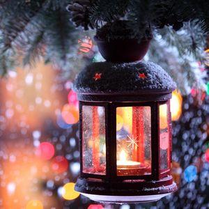 Превью обои свеча, подсвечник, фонарик, ветка, снег, зима, снежинки, елка