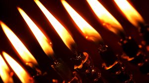 Превью обои свечи, подсвечники, крупный план, огни, темнота