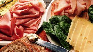 Превью обои сыр, мясо, ломтики, нож, хлеб, зелень