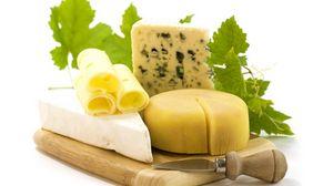 Превью обои сыр, сорта, нож, кусочки, зелень, плесень