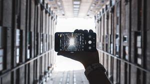 Превью обои телефон, смартфон, рука, здания, фото