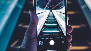 Превью обои телефон, смартфон, рука, эскалатор, фото