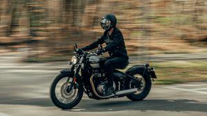Превью обои triumph, мотоцикл, мотоциклист, шлем, искажение