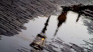 Превью обои тротуар, лужа, после дождя, отражение, фонарь