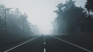 Превью обои туман, дорога, деревья, разметка, горизонт