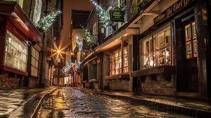 Превью обои улица, дома, дорога, брусчатка, окна, свет, магазины, вечер, ночь, англия, новый год, рождество