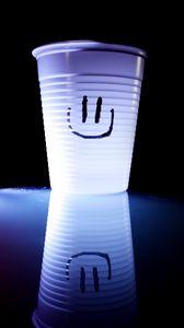 Превью обои улыбка, смайл, стакан, счастливый