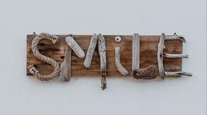 Превью обои улыбка, smile, надпись, деревянный, креатив