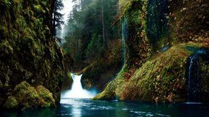 Превью обои ущелье, водопад, мох, скалы, загадочность, цвета