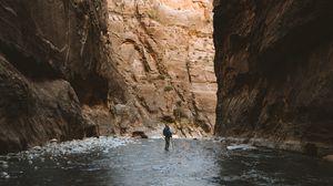 Превью обои ущелье, горы, одиночество, одинокий, путешествие