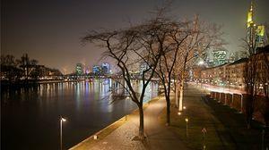 Превью обои вечер, франкфурт, канал, пролив, вода, судно, пристань, огни, мостовая, сквер, фонари, деревья, железнодорожные пути, дома, постройки, небоскрёбы, стена, даль, дорога, жизнь