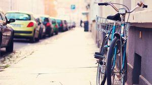 Превью обои велосипед, улица, тротуар, автомобили, стоянка