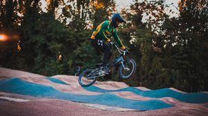 Превью обои велосипедист, трюк, прыжок, шлем, велотрек