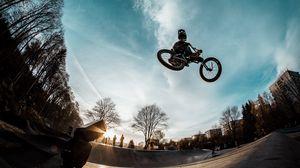 Превью обои велосипедист, трюк, велосипед, шлем, небо