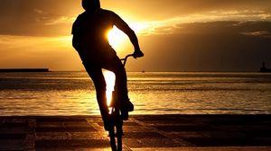 Превью обои велосипедист, трюк, прыжок, экстрим, солнце, набережная